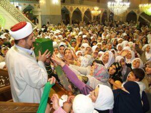 Menschen greifen verzweifelt nach einer Box: Die Verehrung des Propheten gegen seinen Willen