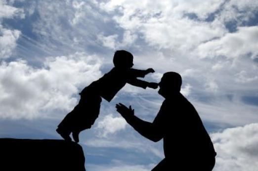 Kind springt zum Vater