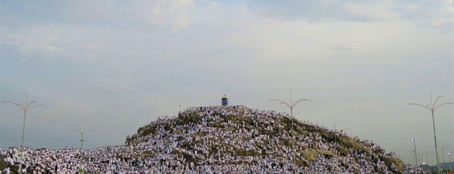 Berg Arafat mit zahlreichen Pilgern in weissen Tüchern um den Berg